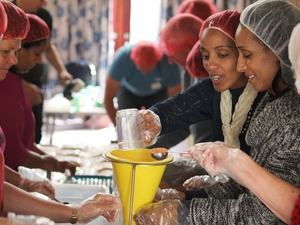 Volunteers help feed the hungry